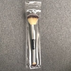 ✨IT Cosmetics✨ Complexion Perfection Brush #7